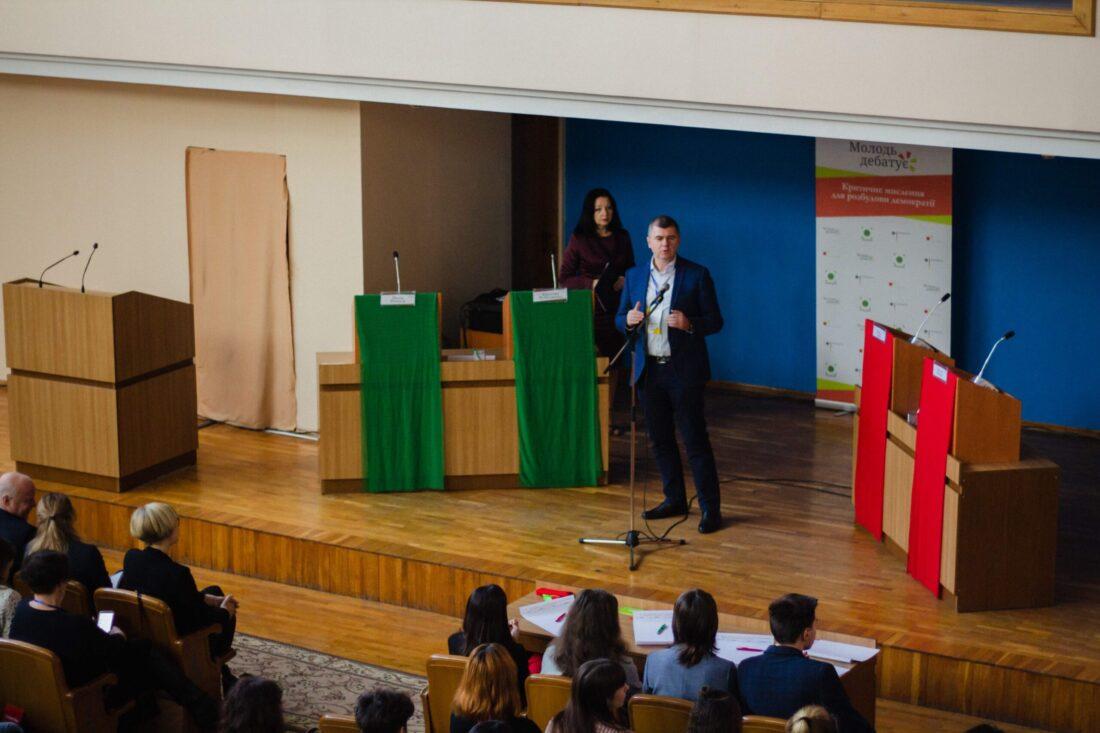 Заступник Міністра Молоді та спорту України, Олександр Ярема вітає учасників національного дебатного турніру «Молодь дебатує»
