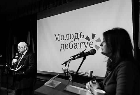 Керівниця німецько-українського проєкту «Молодь дебатує» Ольга Пішель вітає учасників Першого національного дебатного турніру у м.Харков