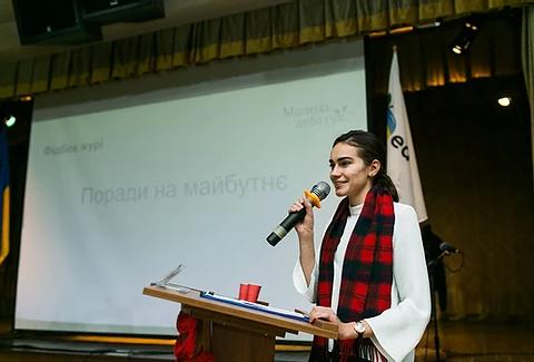 Голова журі національного дебатного турніру «Молодь дебатує» Яна Григанська оголошує результати фінального раунду