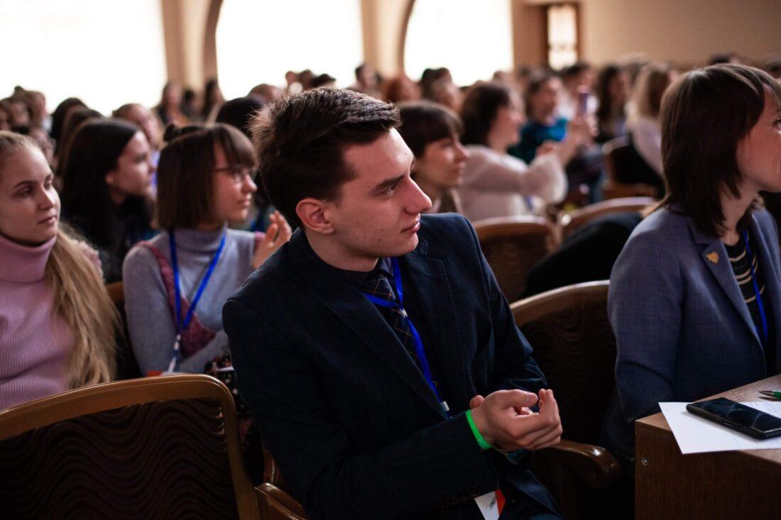 Переможець національного дебатного турніру «Молодь дебатує» в 2018 році, студент НЮУ ім.Я.Мудрого м.Харків, член журі — Максим Чеботарьов