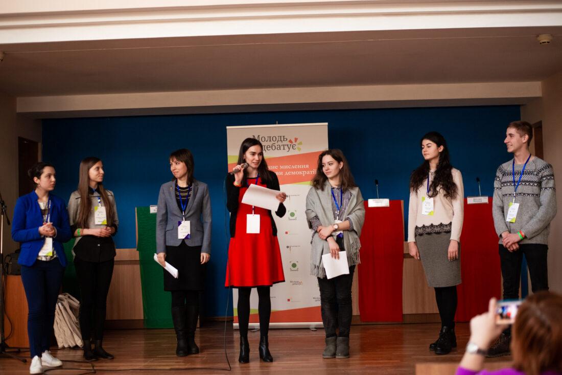 Голова журі, Яна Григанська оголошує переможців національного дебатного турніру «Молодь дебатує»
