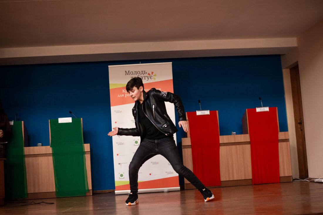 Танцює учасник національного дебатного турніру «Молодь дебатує»з м. Кропивницький