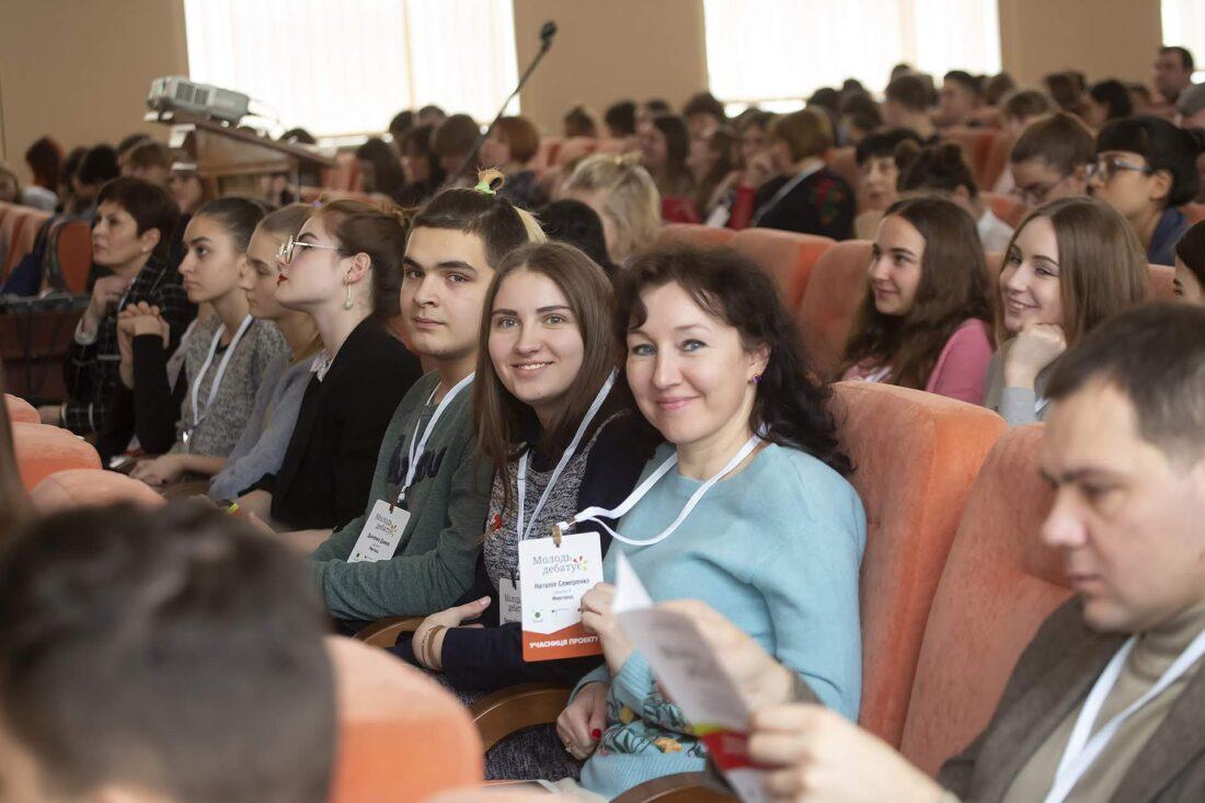 Тренерка проєкту «Молодь дебатує» Наталія Семеренко та учні з м.Миргород