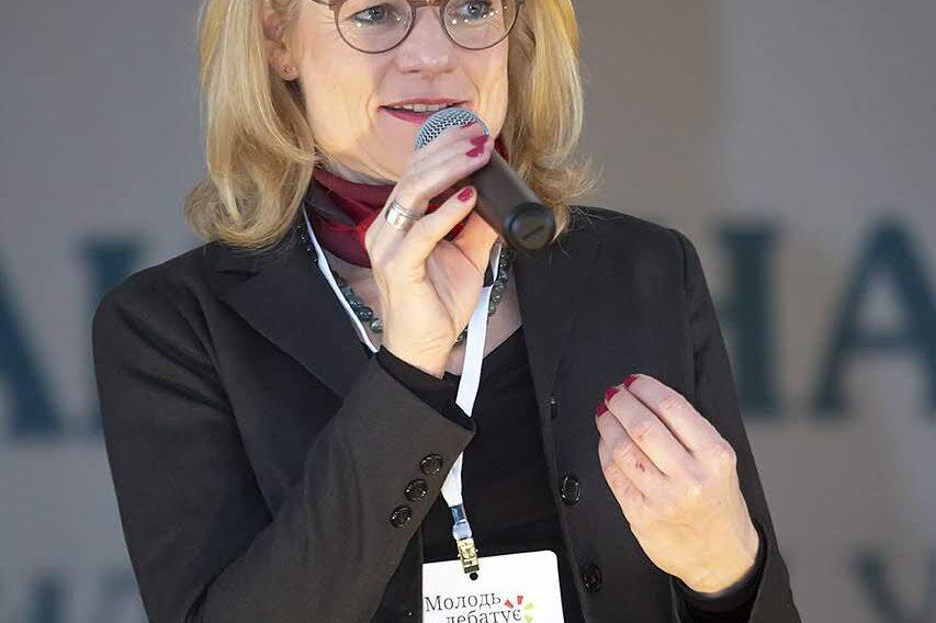 Віола фон Крамон традиційно вітає учасників/учасниць національного дебатного турніру для школярів «Молодь дебатує»
