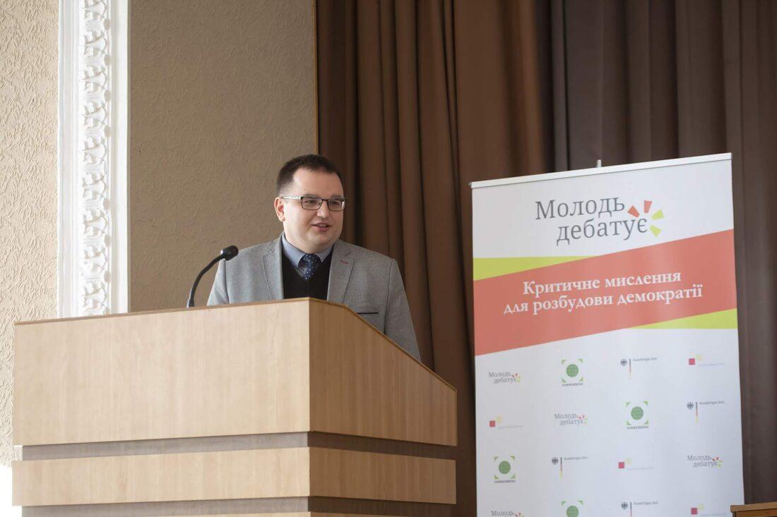 Проректор Національного юридичного університету ім.Ярослава Мудрого, Юрій Барабаш звертається до учасників п національного дебатного турніру «Молодь дебатує»