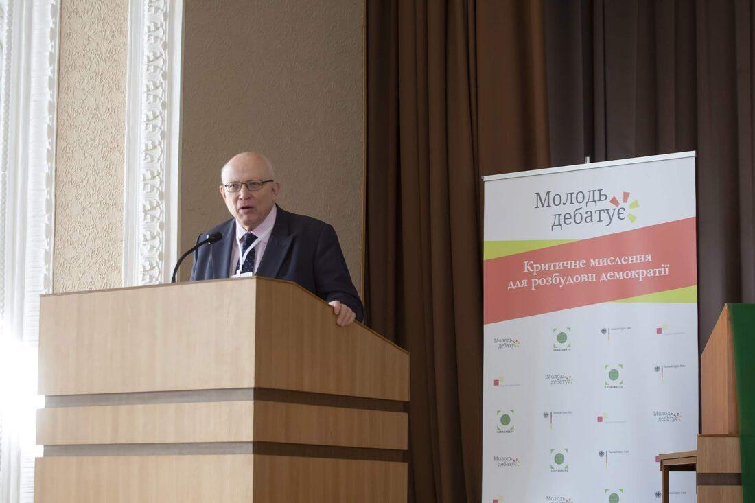 Генеральний консул Федеративної Республіки Німеччина Вольфганг Мьоссінгер вітає учасників національного дебатного турніру «Молодь дебатує»