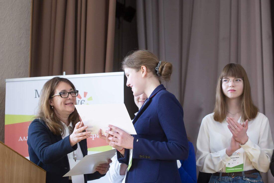 Ольга Пішель нагороджує учасниць національного дебатного турніру «Молодь дебатує»