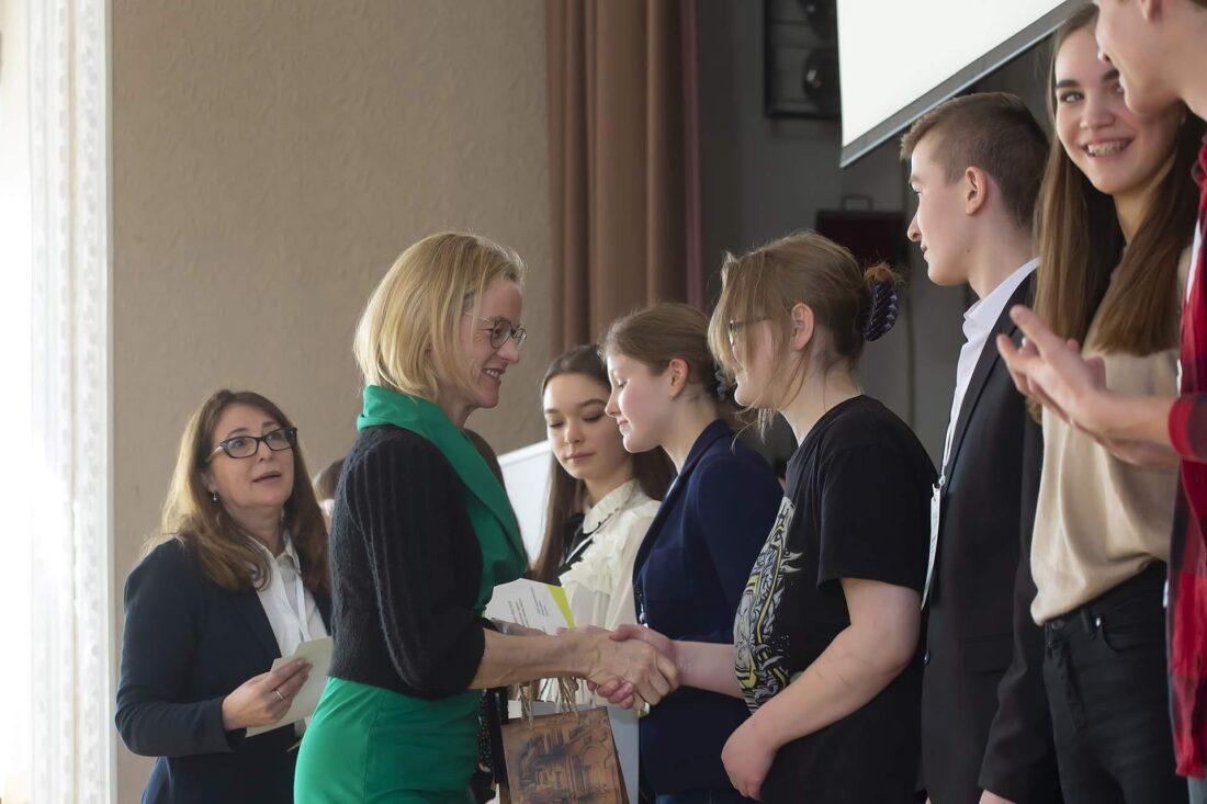 Віола фон Крамон та Ольга Пішель вітають півфіналістів національного дебатного турніру «Молодь дебатує»