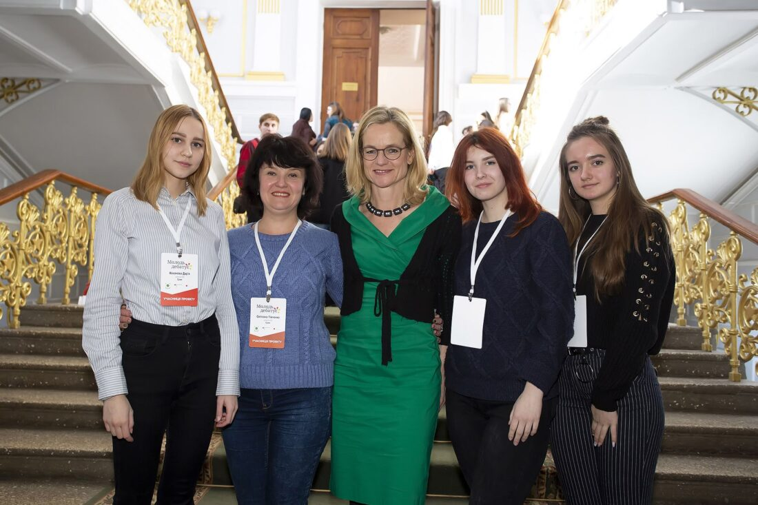 Віола фон Крамон з учнями та координаторкою проєкту «Молодь дебатує» Світлана Тімченко, м.Суми