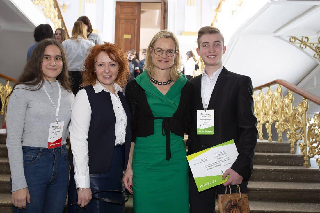 Віола фон Крамон з учнями та координаторкою проєкту «Молодь дебатує» Наталією Фасоля, м.Вінниця